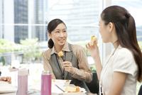 ランチを食べる2人の女性