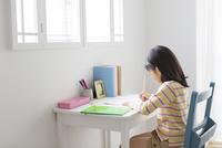 机で勉強する小学生の女の子