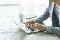 ノートパソコンをする男性の手元