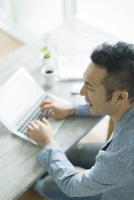 ノートパソコンをする男性