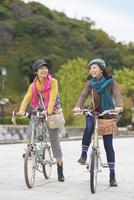 自転車に乗る2人の女性