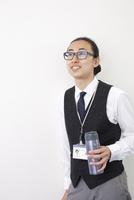 タンブラーを持つ日本人ビジネスマン