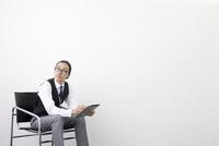 タブレットPCをする日本人ビジネスマン