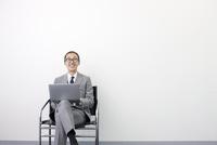 ノートパソコンをする日本人ビジネスマン