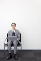 ノートパソコンに向かう日本人ビジネスマン
