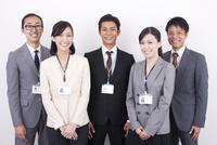 日本人のビジネスマンとビジネスウーマン