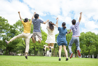 ジャンプをする日本人の若者達