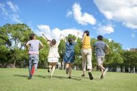 公園を走る日本人の若者達