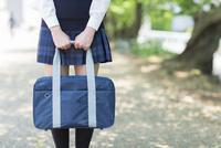 学生鞄を持つ女子高生 10272004860  写真素材・ストックフォト・画像・イラスト素材 アマナイメージズ