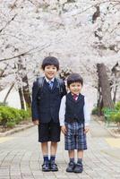 桜並木に立つ兄弟