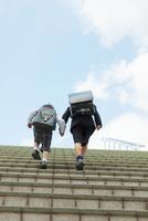 階段を上る兄弟