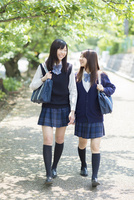 並木道を歩く2人の日本人女子高生