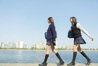 防波堤を歩く日本人女子高生