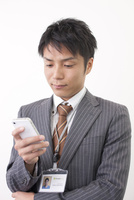 スマートフォンを見る日本人のビジネスマン