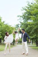 高い高いをする日本人家族
