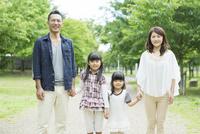 手を繋いで立つ日本人家族