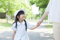 母親と手を繋ぐ幼稚園児