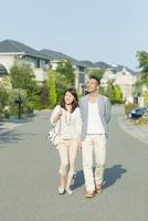 住宅街を歩く日本人カップル