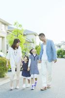 住宅街を歩く日本人家族