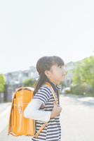ランドセルを背負う小学生の女の子