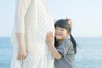 妊婦の母に抱きつく娘