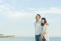 海辺に立つ日本人カップル