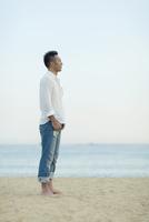 海辺に立つ日本人男性