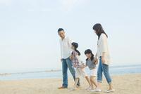 海辺を歩く日本人家族