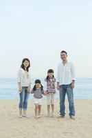 海辺に立つ日本人家族