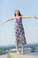 防波堤に立つ日本人女性