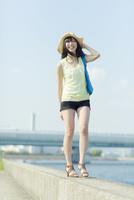 防波堤を歩く日本人女性