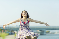 両手を広げて笑う日本人女性