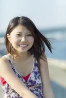 髪をなびかせて笑う日本人女性