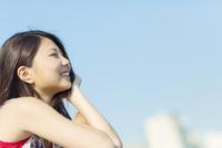 頬杖をついて笑う日本人女性