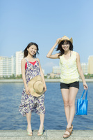 防波堤に立つ2人の女性
