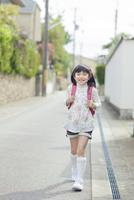 ランドセルを背負って歩く女の子