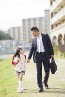 手を繋いで歩く父と娘 10272005244| 写真素材・ストックフォト・画像・イラスト素材|アマナイメージズ