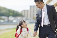 手を繋ぐ父と娘 10272005245| 写真素材・ストックフォト・画像・イラスト素材|アマナイメージズ