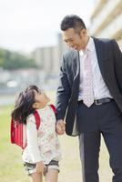 手を繋ぐ父と娘 10272005246| 写真素材・ストックフォト・画像・イラスト素材|アマナイメージズ