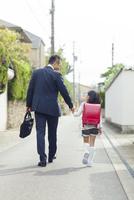 手を繋いで歩く父と娘 10272005249| 写真素材・ストックフォト・画像・イラスト素材|アマナイメージズ