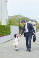 娘の送迎をする父親 10272005255| 写真素材・ストックフォト・画像・イラスト素材|アマナイメージズ