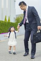 娘の送迎をする父親 10272005256| 写真素材・ストックフォト・画像・イラスト素材|アマナイメージズ