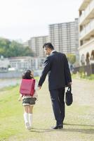 手を繋ぐ父と娘 10272005260| 写真素材・ストックフォト・画像・イラスト素材|アマナイメージズ