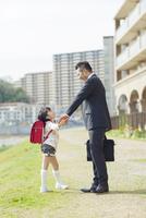 手を繋ぐ父と娘