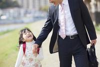 父親と手を繋ぐ娘