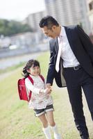 手を繋いで歩く父と娘 10272005264| 写真素材・ストックフォト・画像・イラスト素材|アマナイメージズ