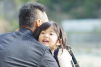 父親に抱きつく娘 10272005265| 写真素材・ストックフォト・画像・イラスト素材|アマナイメージズ