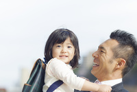 日本人の父と娘 10272005268| 写真素材・ストックフォト・画像・イラスト素材|アマナイメージズ