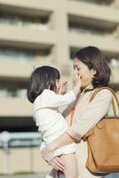 娘を抱く母 10272005272| 写真素材・ストックフォト・画像・イラスト素材|アマナイメージズ