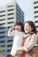 娘を抱く母 10272005275| 写真素材・ストックフォト・画像・イラスト素材|アマナイメージズ